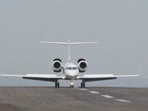 Самолет излезе от писта в Индонезия, има ранени ВИДЕО