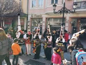 Гайди огласиха центъра на Пловдив! Кукери преминаха през Главната СНИМКИ