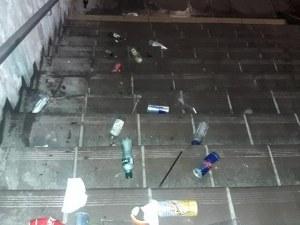Див купон до зори. Защо столичен подлез тъне в боклуци? СНИМКИ