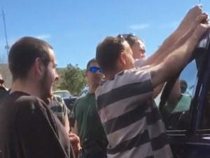 Полицаи молят автоджамбази да спасят бебе ВИДЕО