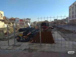 """Реститутите пуснаха строителите в парчето на пл. """"Централен"""", чакат си 600-те хил. лева СНИМКИ"""