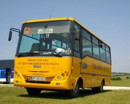 Училищен автобус спря на знак