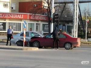 Катастрофа до Полиграфията в Пловдив, колите са смачкани СНИМКИ