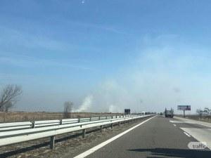 Нива се запали до магистрала Тракия край Пловдив, платното е задимено СНИМКИ