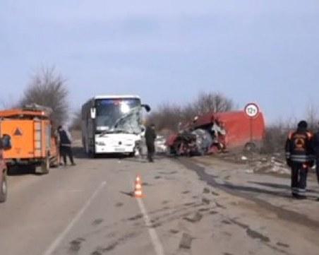 Тежка катастрофа с автобус! Мъж загина намясто