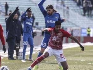 Левски – ЦСКА 1:0 на почивката, червените с 10 души, спорно съдийство ВИДЕО