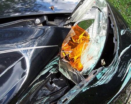 Кола в канавка на пътя до Велико Търново, трима са ранени