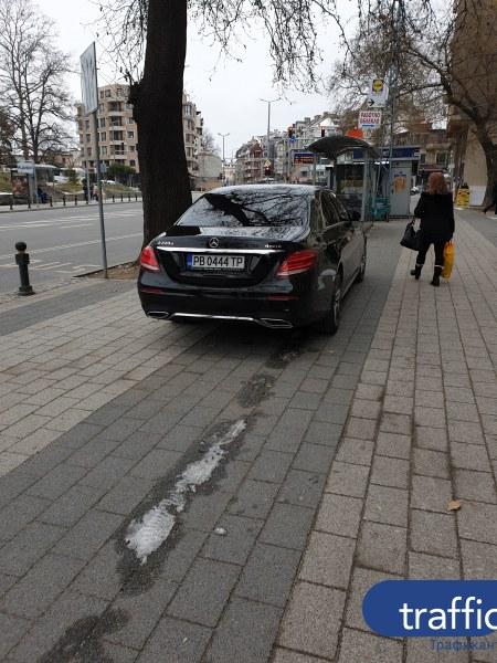 Мерцедес винаги ще си намери паркомясто, дори и да е на тротоара СНИМКА