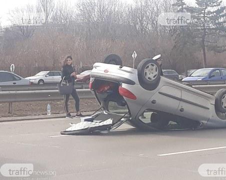 Млада шофьорка се обърна по таван, запуши
