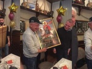 Футболистите на Локо подариха икона на Крушарски