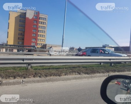 Катастрофа блокира движението на надлеза на Ален Мак в Пловдив СНИМКИ