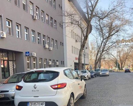 Отново безобразно паркиране до пловдивска болница, коли се вият по два реда СНИМКИ