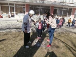 Деца прескачаха огън за здраве в детска градина в Пловдив