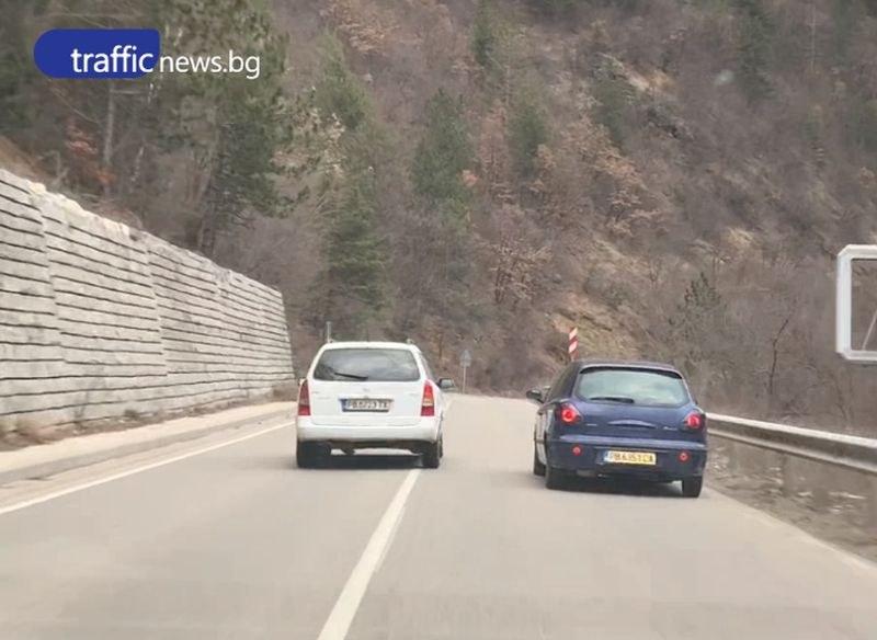 Джигит бръмчи със звук на сирени край Пловдив, избутва коли в банкета ВИДЕО