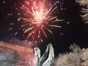 Огнени хризантеми озариха небето над Пловдив за 3 март СНИМКИ