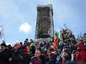 Валя Балканска и 100 каба гайди огласиха Шипка, хиляди пяха химна на върха СНИМКИ