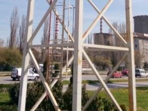 Мъжът, върху който падна билборд в София, е с опасност за живота