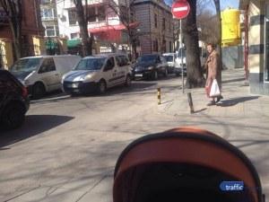 Пловдивска майка пита: Между движещите се коли ли трябва да мина?