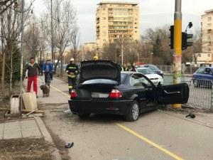 Зрелищна катастрофа в София! БМВ прескочи ограда, приземи се на велоалея СНИМКИ