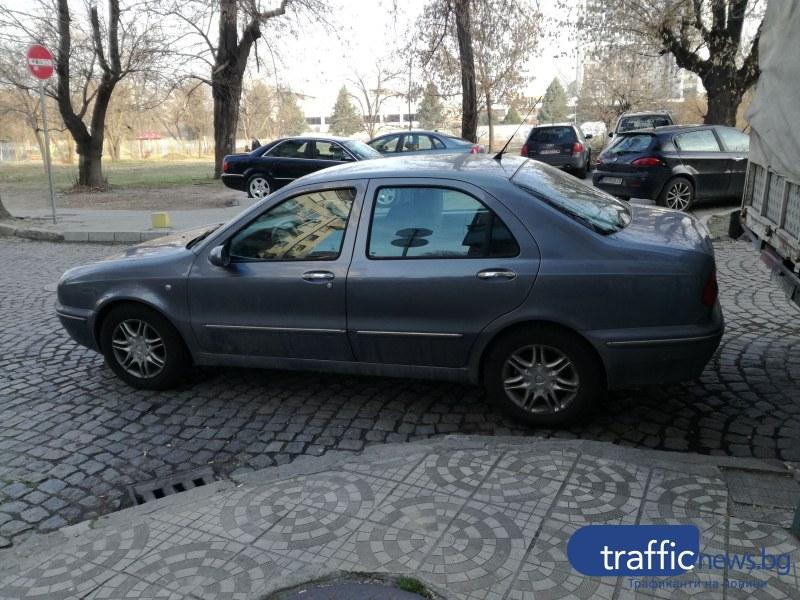Врачани с безумно паркиране в Пловдив! Глобяват ги, а те продължават СНИМКИ