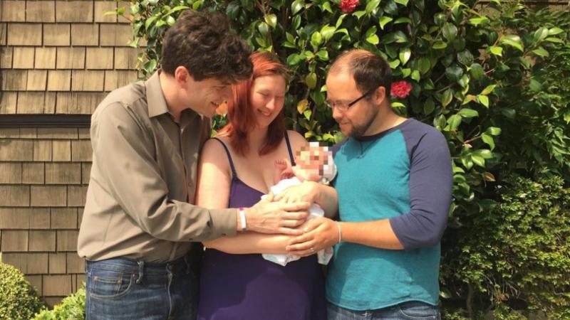 Асексуален мъж заживя с двойка, осиновява детето им СНИМКИ