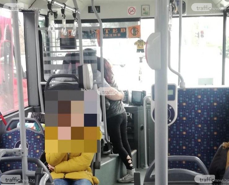 Любов в автобуса! Пловдивски шофьор раздава ласки на кондукторка, докато шофира СНИМКИ