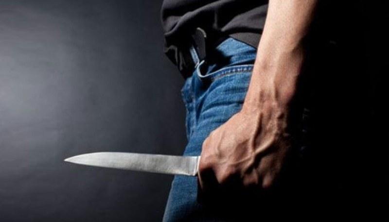 Мъж допря нож до майката на детето си и заплаши, че ще й отреже главата! Арестуваха го