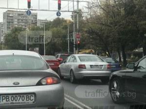 Агресия на пътя! Пловдивчанин блъска по колата на майка с дете, опита се да отвори врата