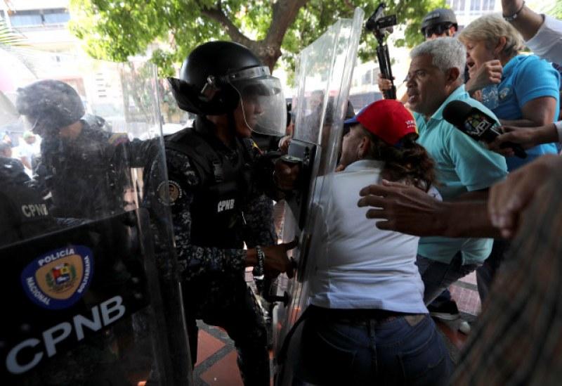 Полицаи пребиха жестоко полски журналист във Венецуела СНИМКА