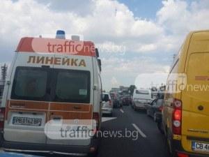 Катастрофа между автобус и кола блокира пътя Пловдив-Карлово