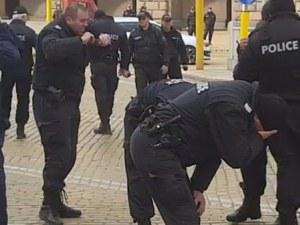 Полицаи се напръскаха със сълзотворен газ в София ВИДЕО