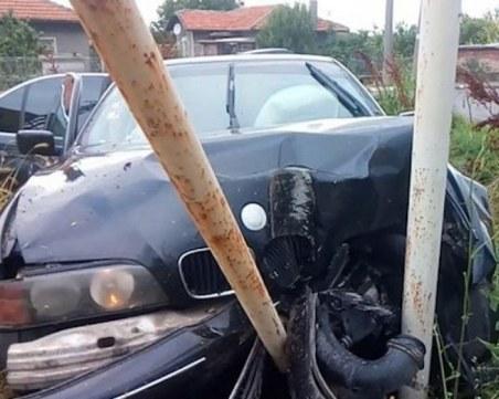 Пиян-залян шофьор се заби в стълб и... избяга