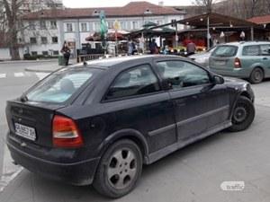 Пловдивчанка курдиса возилото си на тротоара, за да... си напазарува зарзават СНИМКИ