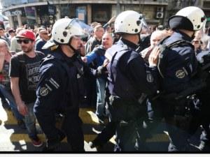 Протестиращи в Белград атакуваха кордон на жандармерията СНИМКИ