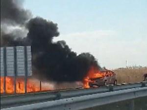 Кола пламна на магистралата край Пловдив, огънят обхвана нивите СНИМКИ