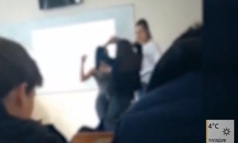 Столична класна стая: Ученички играят кючек, учители им пляскат!