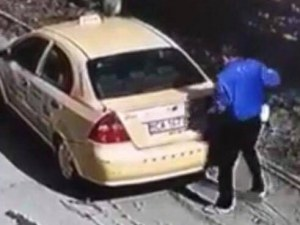Таксиджия краде куче в столичен квартал! Отваря багажника, пъха го, бяга ВИДЕО