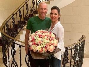 25 години заедно! Зидан зарадва съпругата си с огромен букет СНИМКИ