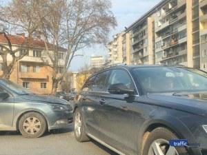 """Две коли се удариха на кръговото на """"Васил Априлов"""