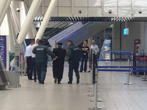 Поп с белезници из Летище София, нападнал полицаи. Пращат го на психиатър!?