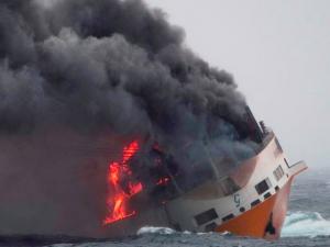 Кораб с 2000 коли се запали и потъна ВИДЕО