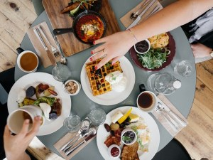 Закусването с родители в детска възраст ни кара да се чувстваме добре в тялото си