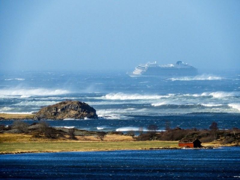 Круизен кораб с над 1300 пътници бедства два дни в опасни води СНИМКИ