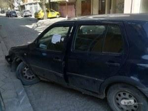 Катастрофирала кола вече цяла сутрин блокира улица в Кючука СНИМКИ