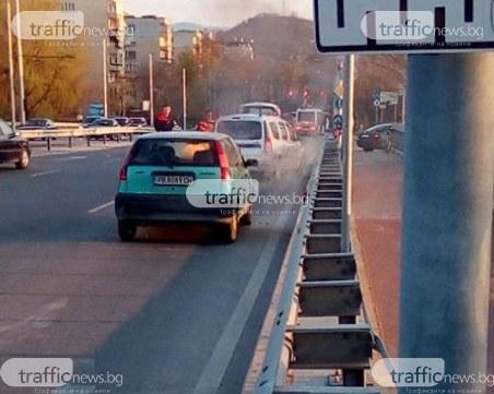 Кола пламна насред пловдивски мост, пожарникари предотвратиха взрив ВИДЕО и СНИМКИ