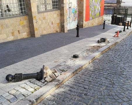 Вандали изтръгнаха ограничителни колчета на улица в центъра на Пловдив СНИМКИ