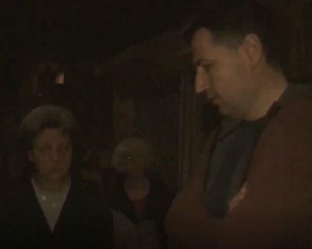 Протестиращи заградиха къщата на кмета Тотев, той обеща да предложи да откупят земята ВИДЕО