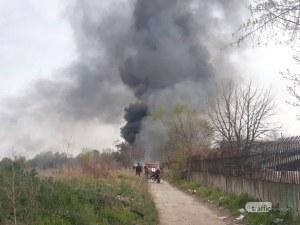 Черен дим покри Столипиново, пожарникари се борят с пламъците