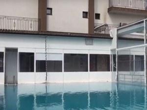 По време на почивка в хотел в Баня: Ламарина замалко да обезглави млад мъж