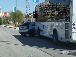 Кола и автобус се удариха на Пещерско шосе в Пловдив СНИМКА
